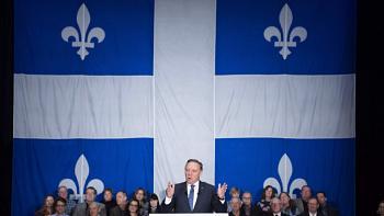 Le drapeau géant derrière François Legault était-il légal?